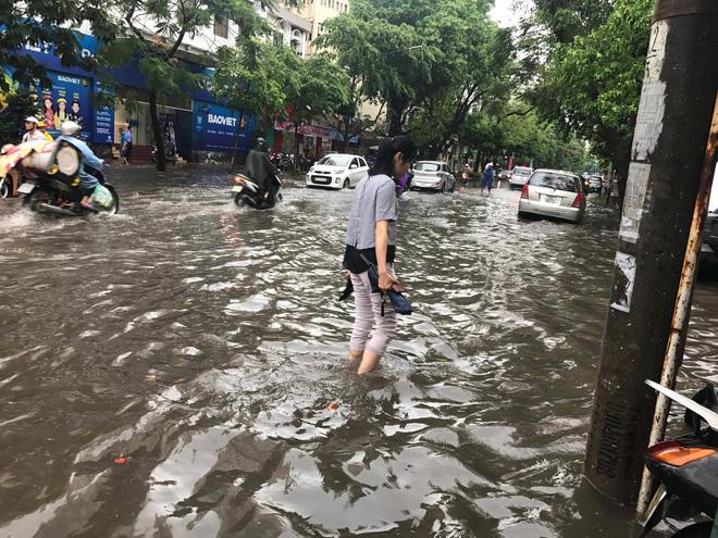 nước ngập úng nhiều đoạn đường khiến người dân di chuyển khó khăn