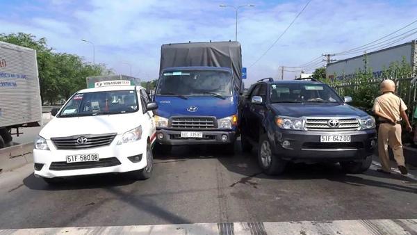 Xe tải mất kiểm soát giữa đường phố Sài Gòn khiến 2 người chết đứng