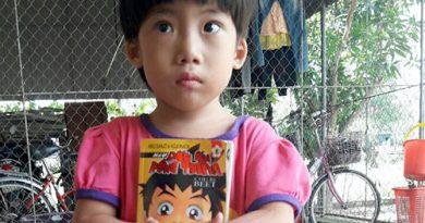 Hình ảnh bé gái 4 tuổi bị bỏ rơi