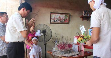 Ông Lê Anh Tuấn, Phó chủ tịch UBND tỉnh Thanh Hóa (bìa trái), tới chia sẻ, động viên gia đình gặp nạn