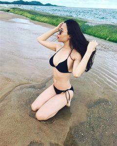 Cô thường xuyên chụp ảnh với những bộ bikini gợi cảm