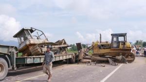 Nguyên nhân gây ra vụ tai nạn giao thông thảm khốc có thể là do lưỡi chiếc máy ủi trên xe đầu kéo