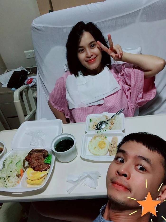 Tú Vi được ông xã chăm sóc rất chu đáo, anh mang đồ ăn đến tận giường cho vợ. Điều đáng ngạc nhiên là cô lại được ăn cơm tấm thay vì ăn những món ăn dành cho phụ nữ đang trong những ngày ở cử.
