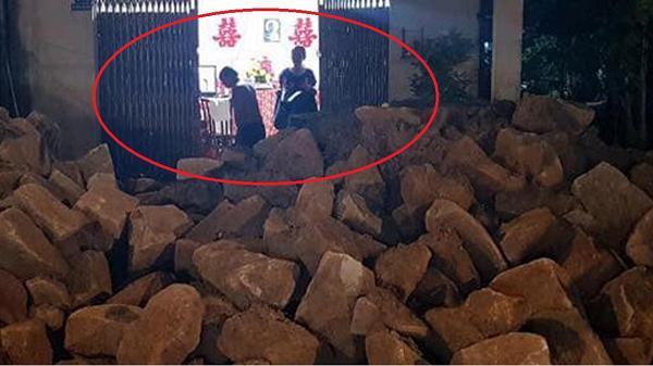 Chất đống đá trước cửa nhà sắp đám cưới, gây xôn xao cư dân mạng
