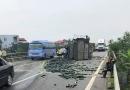Xe tải chở bí đâm đuôi xe khách, 2 người bị thương trên cao tốc Nội Bài