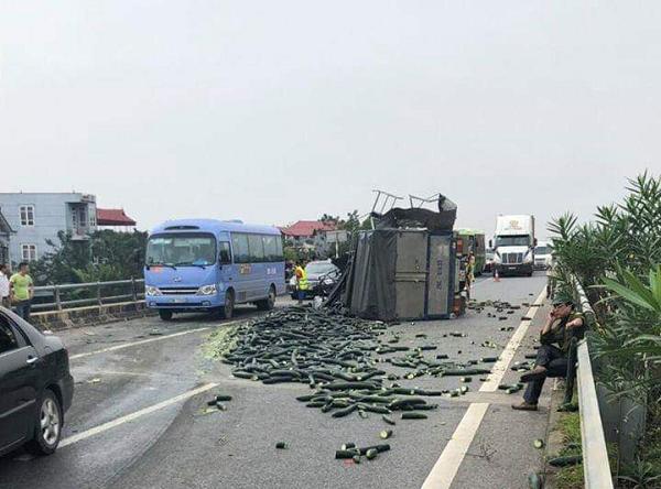 Xe tải chở bí đâm đuôi xe khách trên cao tốc Nội Bài - Lào Cai