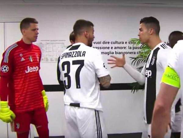 Ronaldo động viên đồng đội trước hiệp hai trận đấu với Atletico