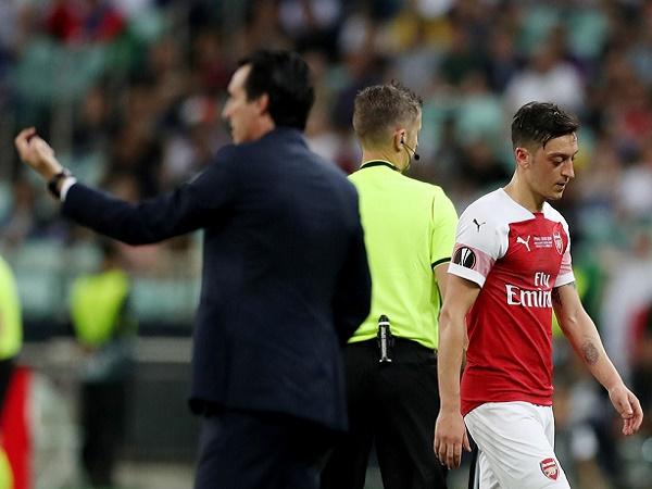 Emery được sếp lớn ủng hộ loại Ozil khỏi đội hình Arsenal