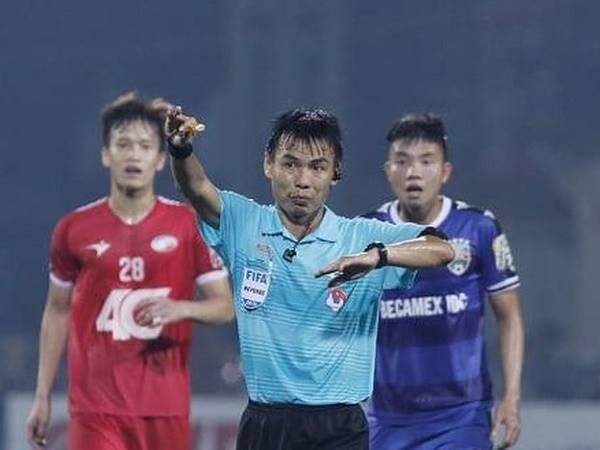 Bẻ còi là gì? Những pha bẻ còi gây tranh cãi nhất bóng đá Việt Nam